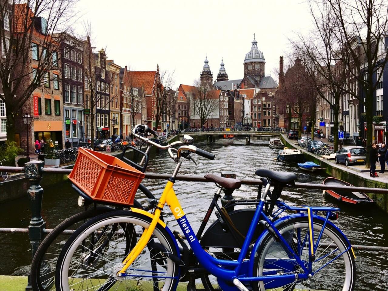 Bicis en un puente de Ámsterdam